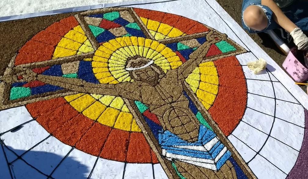 Centenas de fiéis se reuniram em Maringá (PR) para confeccionar o tapete de Corpus Christi (Foto: Juliane Guzzoni/RPC)