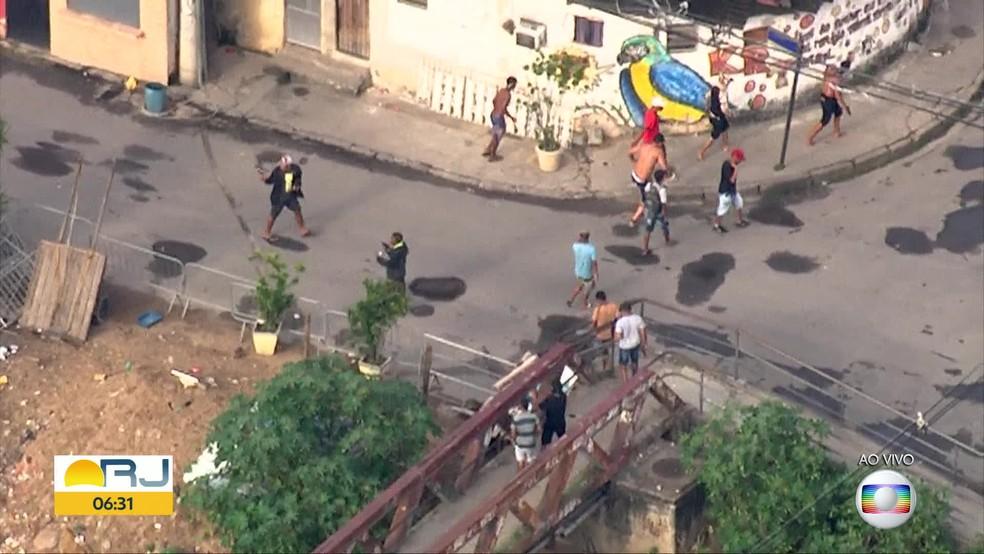 Criminosos armados fogem de operação da polícia na Cidade de Deus — Foto: Reprodução / TV Globo