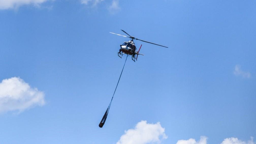 Helicóptero resgata corpo durante buscas — Foto: Lucas Sandonato