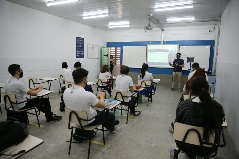 Escolas particulares de Fortaleza retomaram aulas presenciais em mais séries, a partir desta quinta-feira (1º) — Foto: Camila Lima/SVM
