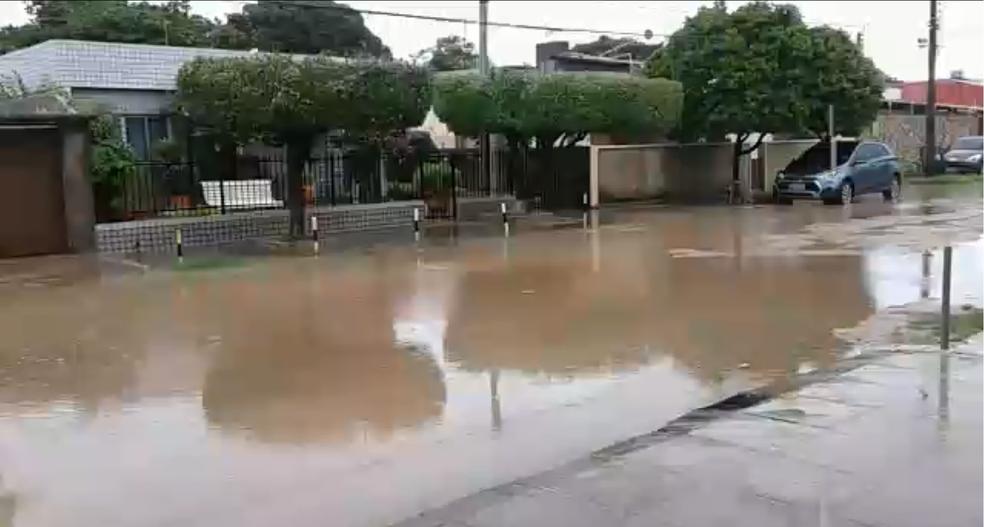 O bairro de Jardim Atlântico, em Olinda, amanheceu com ruas alagadas (Foto: Reprodução/WhatsApp)