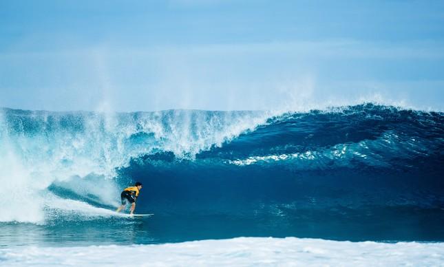 Gabriel Medina em uma onda perfeita em Pipeline