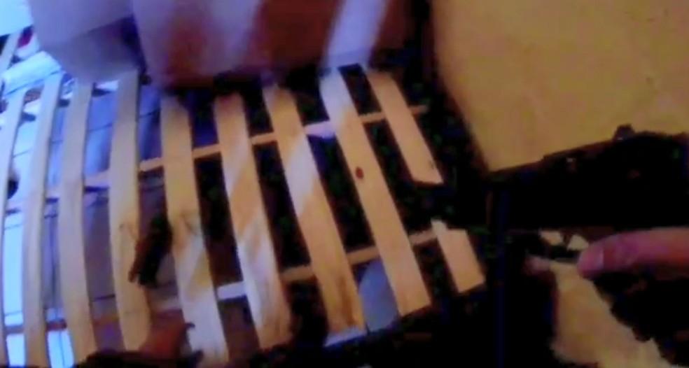 Suspeito de tráfico tentou se esconder embaixo cama de uma casa — Foto: Reprodução/TV Gazeta