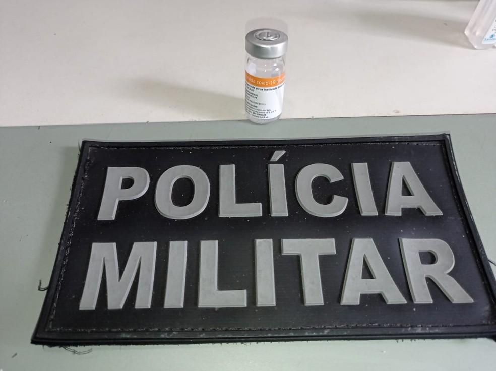 PM apreendeu ampola de dose da CoronaVac que foi apreendida com suspeito de furto no Ceará. — Foto: PM/Divulgação