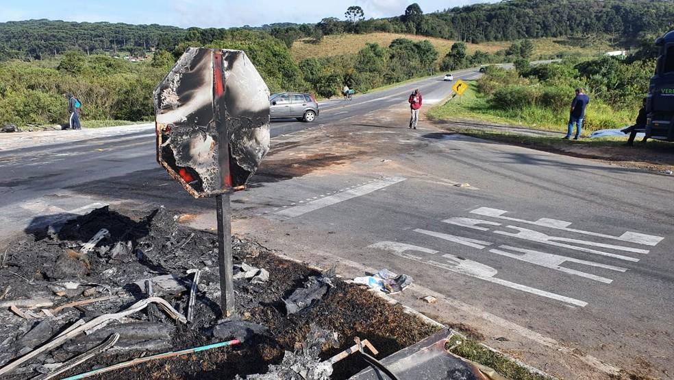 Batida aconteceu em cruzamento na PR-423, em Campo Largo — Foto: Denilson Beltrame/RPC