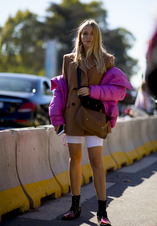 Blazer oversized é a peça hit do street style da temporada (Foto: Imaxtree)