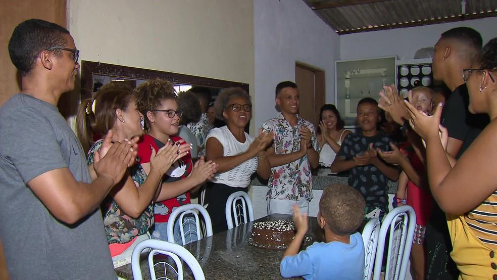 Jovem nascido aos cinco minutos do ano 2000 celebra 20 anos — Foto: Reprodução/TV Globo