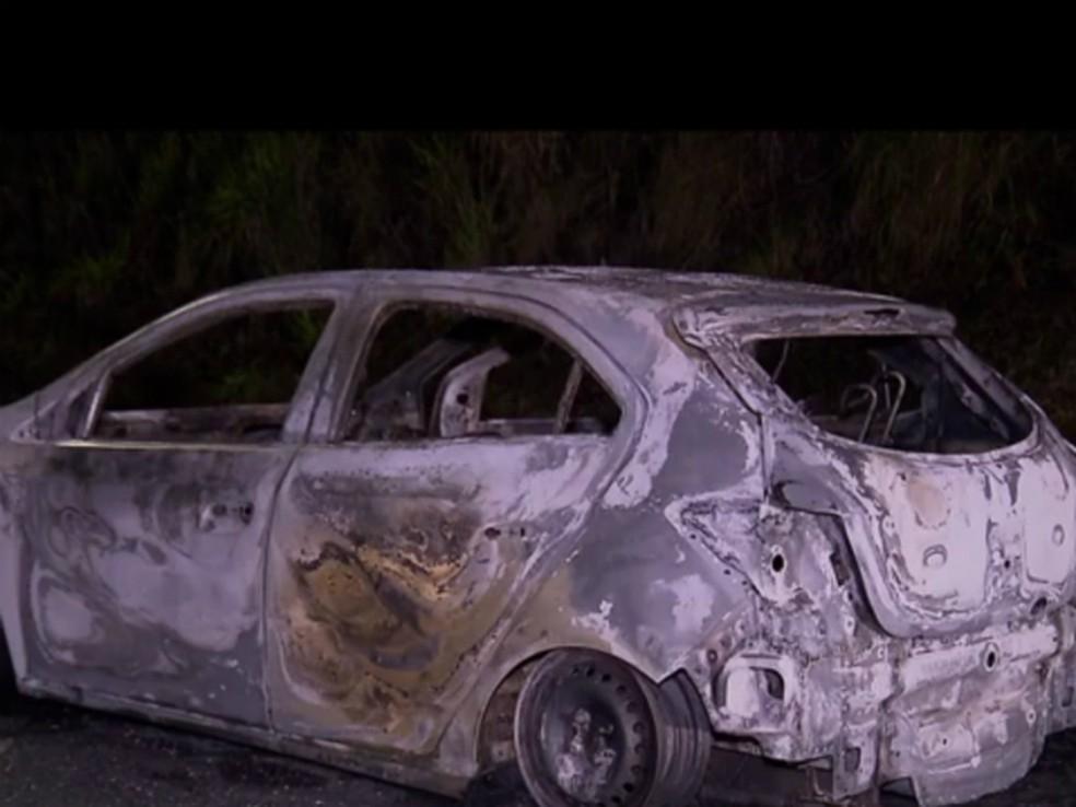 Um dos carros usados pelos criminosos foi incendiado (Foto: Reprodução/RPC)