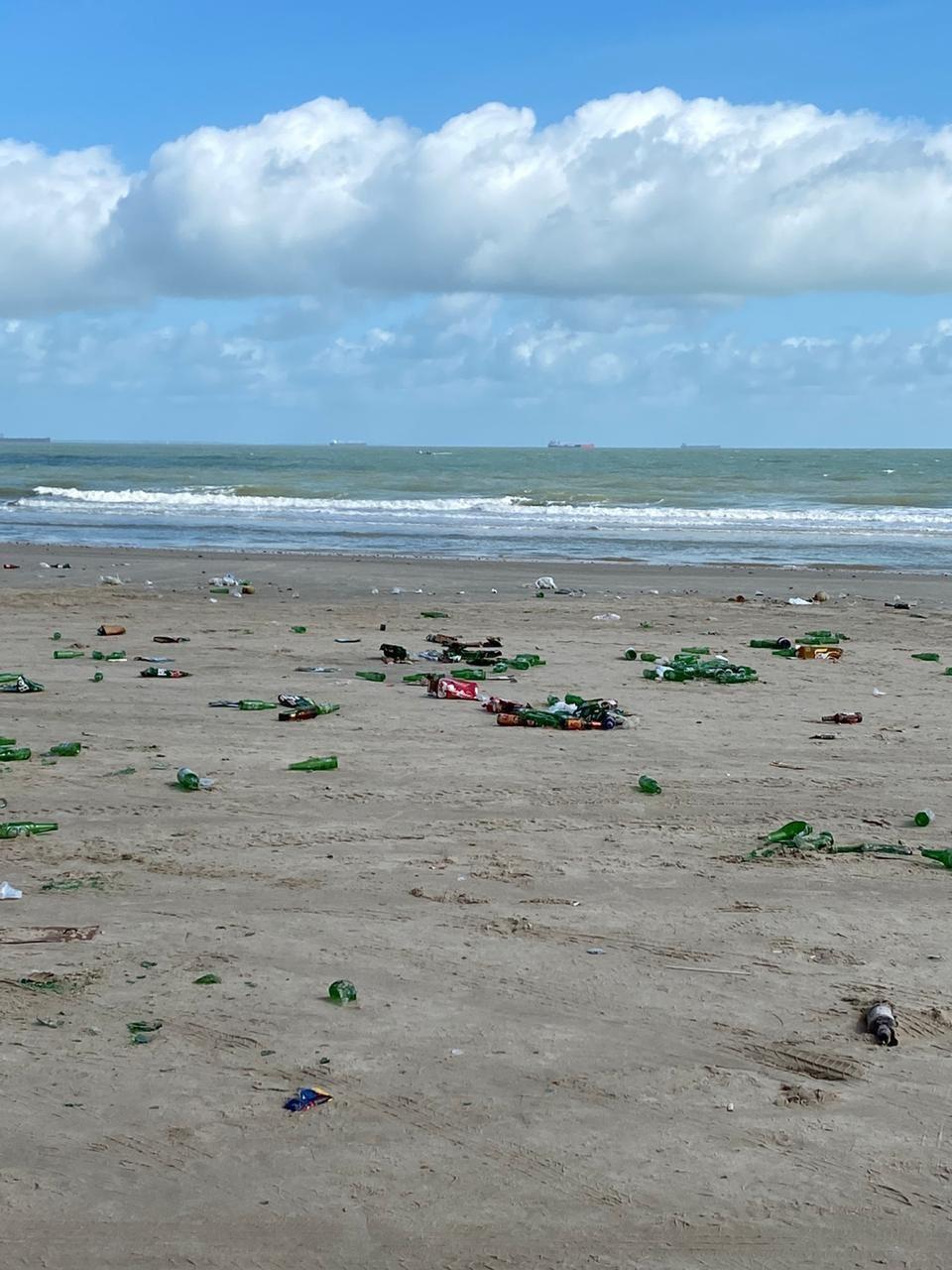 Após festa e aglomerações, praia do Meio amanhece coberta por lixo em São José de Ribamar