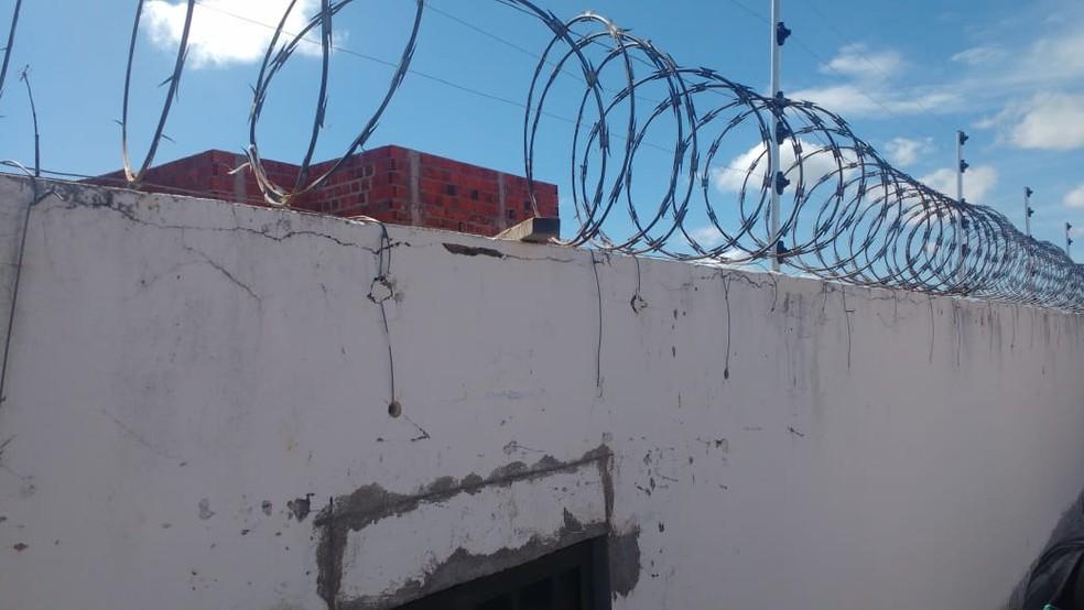 Espaço aberto no muro da Cadeia Pública de Mossoró, por onde 14 fugitivos teriam passado  (Foto: Cedida)