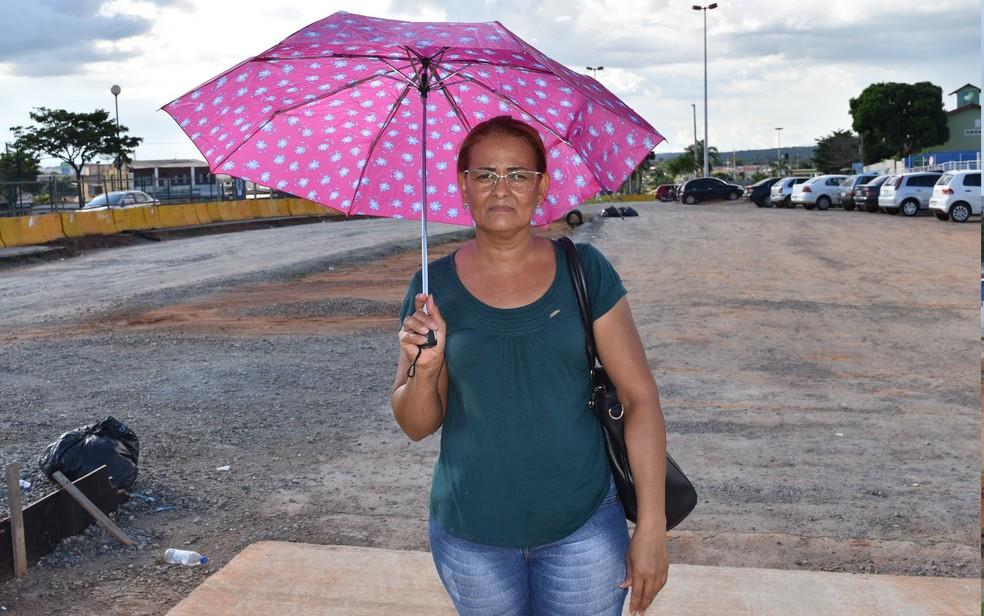 Passageira espera conclusão do BRT em Goiânia (Foto: Paula Resende/ G1)