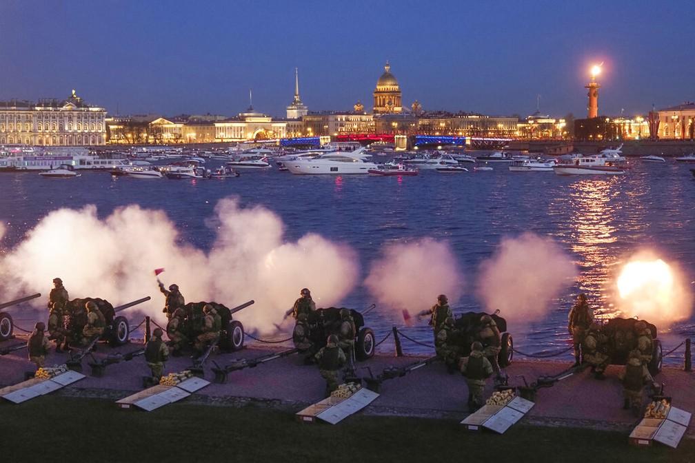 Tiros de canhão em memória dos combatentes mortos na Segunda Guerra Mundial são dados em São Petersburgo, na Rússia, nas comemorações do 9 de Maio — Foto: Dmitri Lovetsky/AP Photo