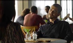Na segunda-feira (16), Camilo (Lee Taylor) descobrirá que Chiclete (Sergio Guizé) matou Cosme (Osvaldo Mil) e exige que Vivi (Paolla Oliveira) se case com ele | Reprodução