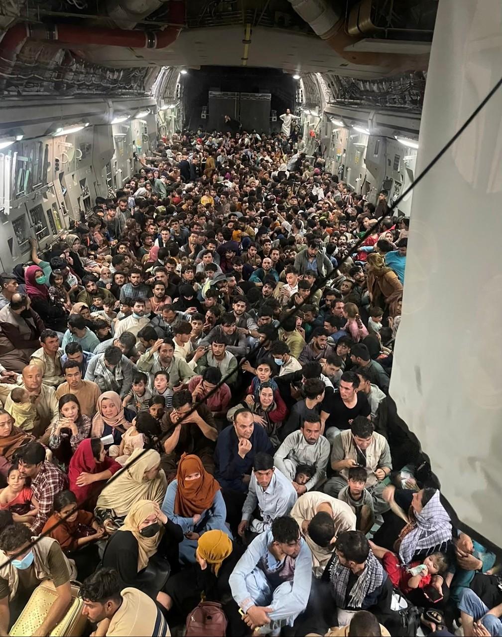 Avião militar dos EUA decola com cerca de 640 afegãos do aeroporto de Cabul, no Afeganistão. Foto do dia 15 de agosto de 2021 — Foto: Defense One/cortesia via Reuters