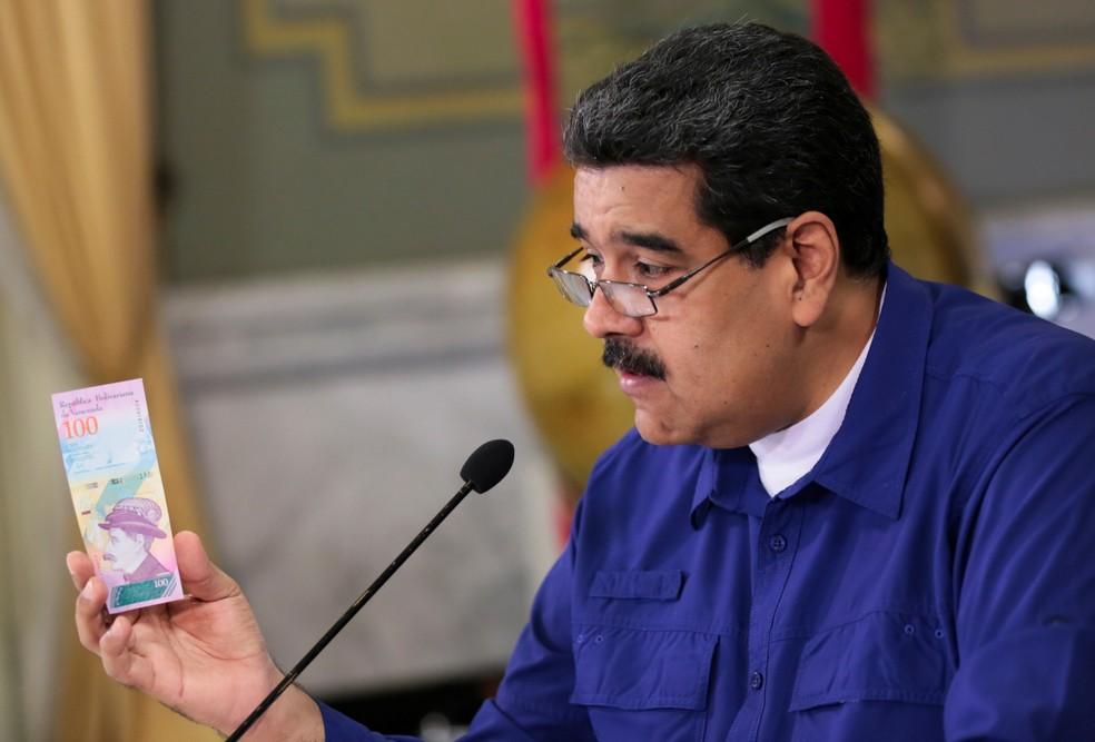 Presidente venezuelano, Nicolás Maduro, apresenta nota da nova moeda do país  (Foto: Palácio Miraflores/Divulgação via Reuters)
