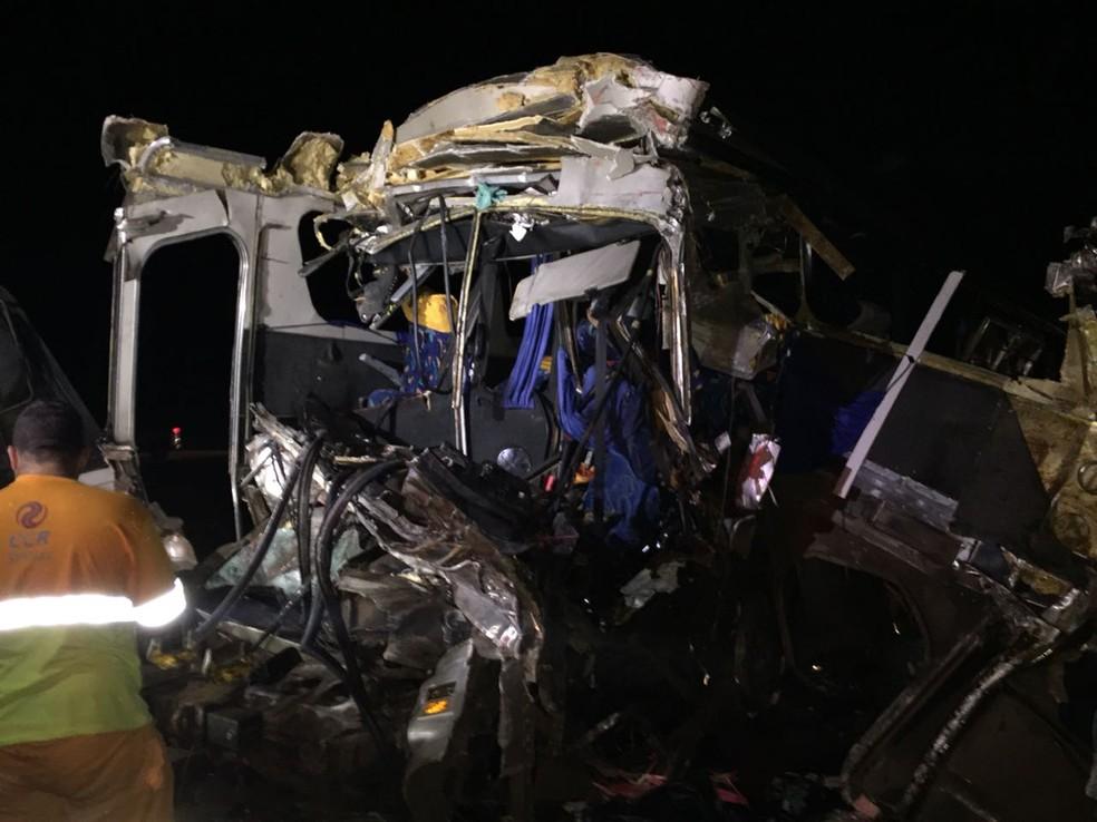Frente do ônibus ficou totalmente destruída após acidente em Itatinga (SP) (Foto: Gustavo Lago/TV TEM)