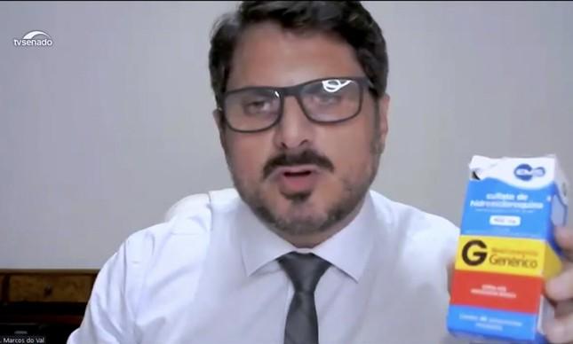 O senador Marcos do Val exibe caixa de cloroquina na CPI da Covid