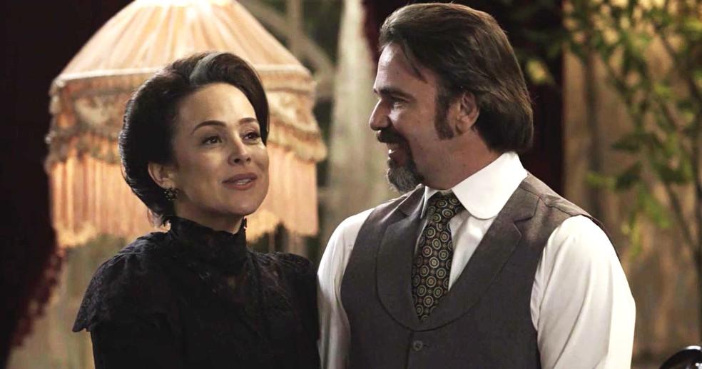 Julieta e Aurélio anunciam casamento (Foto: TV Globo)