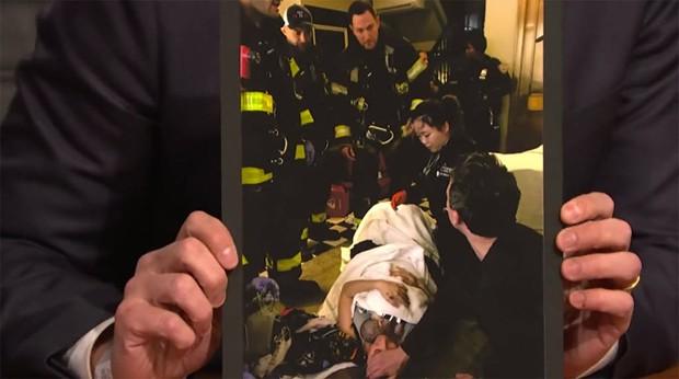 Seth Meyes mostra fotos do momento do parto (Foto: Reprodução / YouTube)