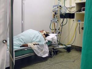 Paciente em estado grave é acomodada em maca no Hospital Walfredo Gurgel por falta de leitos de UTI (Foto: Ricardo Araújo/G1)