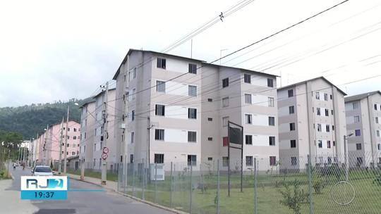 Apartamentos que deveriam ser entregues a desabrigados da chuva  estão vazios ou servindo como depósito de materiais no RJ