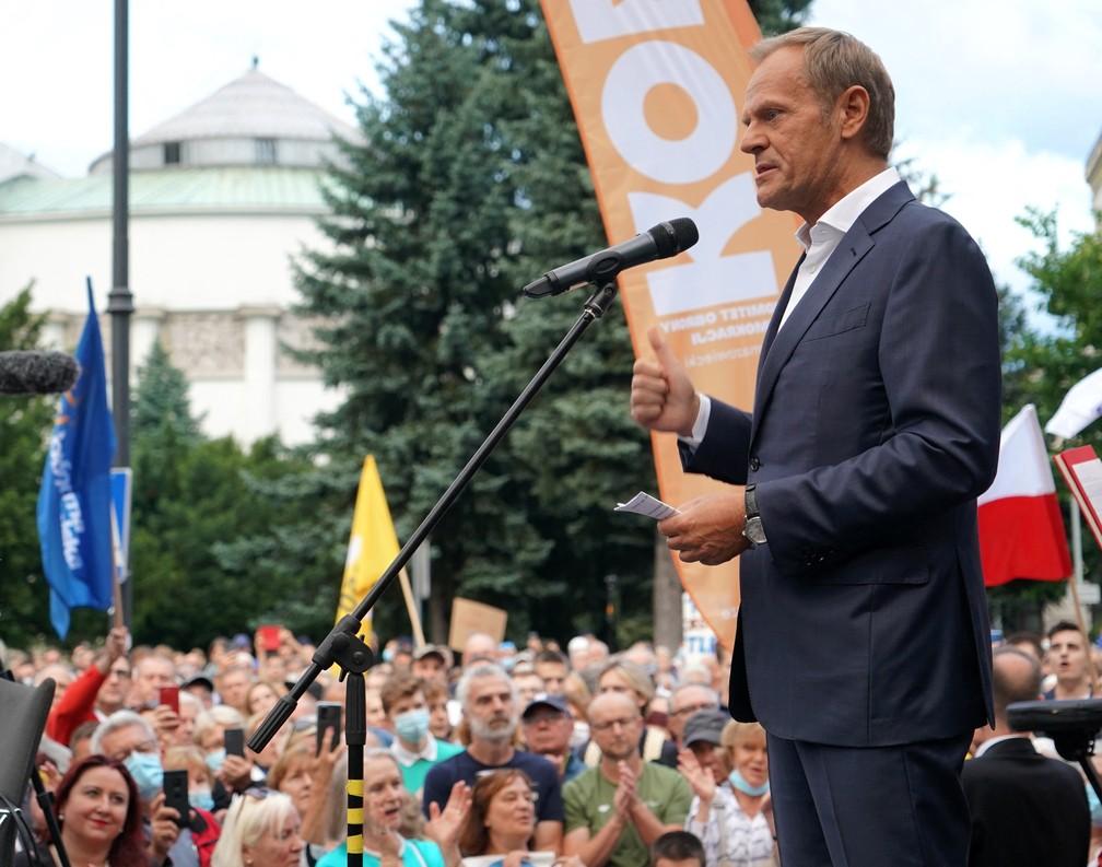 Donald Tusk, ex-nome forte da União Europeia e principal opositor ao governo da Polônia, discursa a manifestantes contrários a lei que regula os meios de comunicação na terça (10) — Foto: Janek Skarzynski/AFP