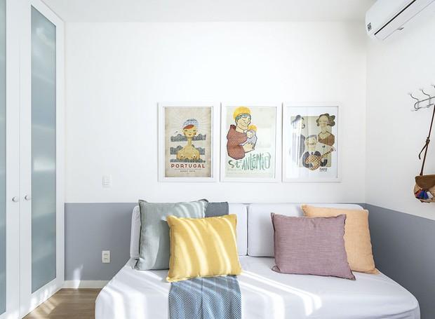 Quarto de hóspedes | O sofá-cama foi trazido do antigo apartamento e foi comprado na Tok Stok. Almofadas da Almofadaria Paramento (Foto: Lília Mendel/Divulgação)