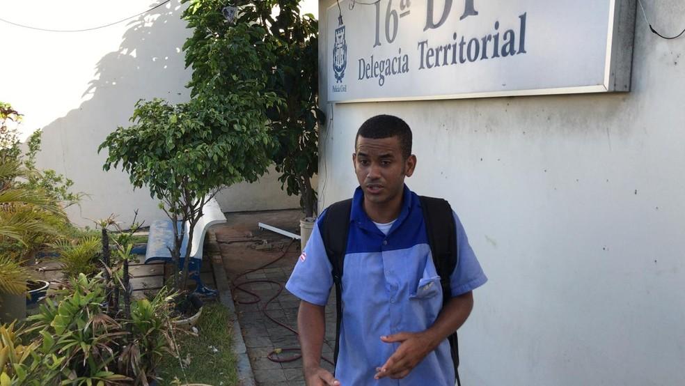O motoboy Marcos Cardozo denunciou a agressão à polícia — Foto: Victor Silveira/TV Bahia