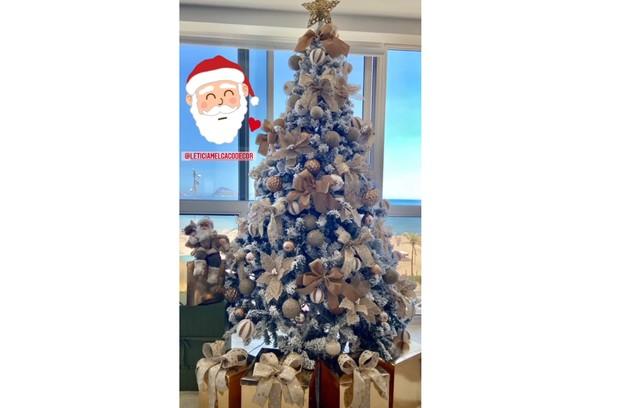 Sthefany Brito contou com a ajuda de uma decoradora para montar sua árvore com detalhes dourados em sua sala com vista para o mar (Foto: Reprodução Instagram)