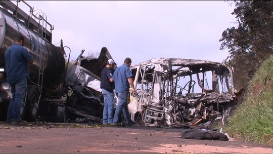 Caminhão bateu em ônibus após invadir a pista contrária, aponta laudo