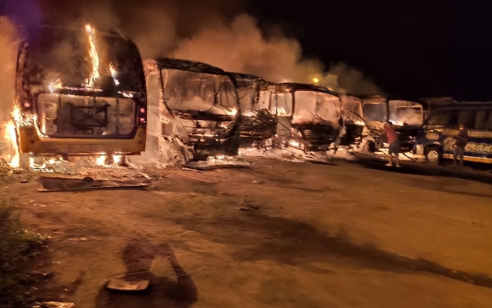 Ônibus que estavam estacionados na garagem da prefeitura de Barra do Choça ficaram destruídos em incêndio no sudoeste da Bahia — Foto: Blog do Jorge Amorim