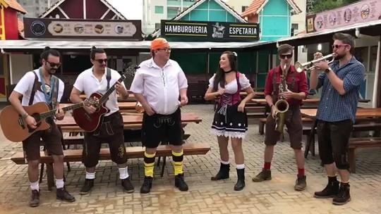 Na Oktoberfest de Verão de Blumenau, músicos criam hit trocando 'Jenifer' por nome de alemã; VÍDEO