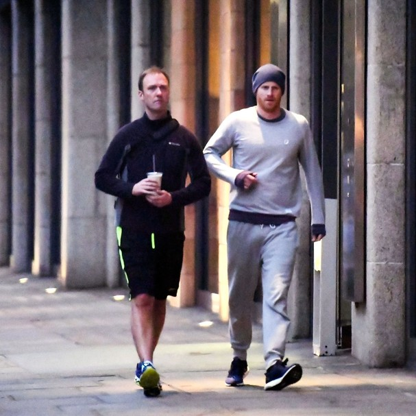 ** RIGHTS: ONLY UNITED STATES, BRAZIL, CANADA ** London, UNITED KINGDOM  - Prince Harry leaves the gym on the day the wedding location is announced. Prince Harry leaves the gym looking scruffy wearing a beanie hat and a tracksuit, which is in stark contra (Foto: BACKGRID)
