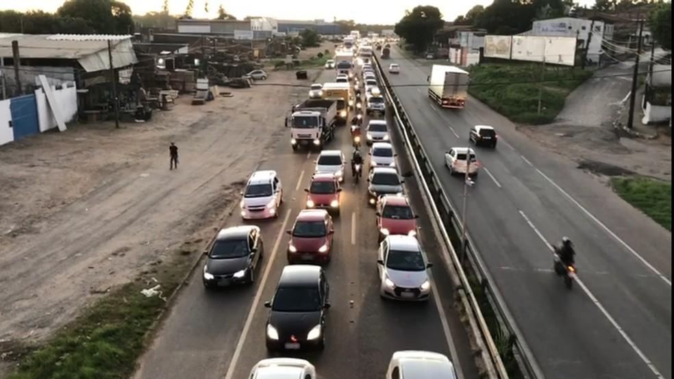 Acidente deixou trânsito lento na BR-230, na Grande João Pessoa — Foto: Walter Paparazzo/G1