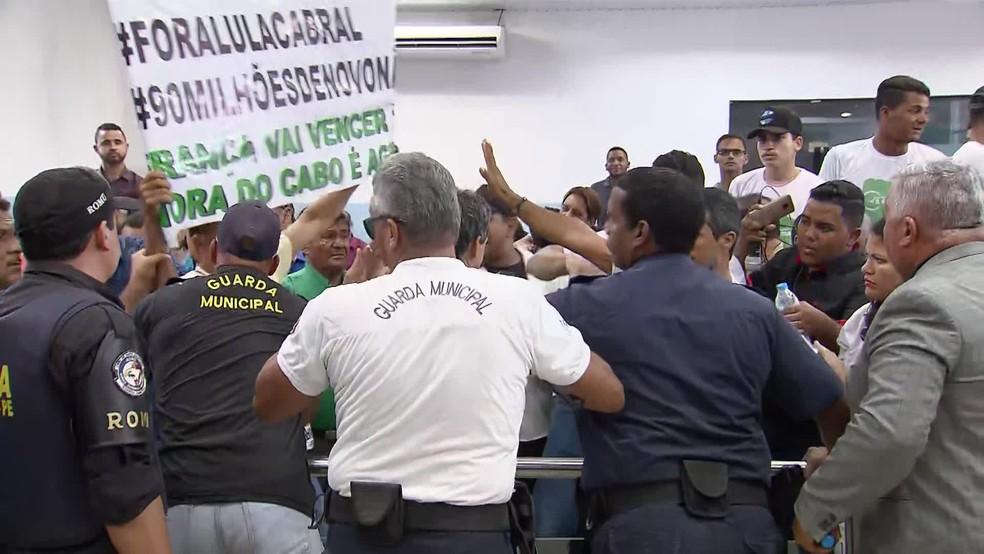 Guarda Municipal intervém em tumulto na Câmara de Vereadores do Cabo de Santo Agostinho, no Grande Recife — Foto: Reprodução/TV Globo