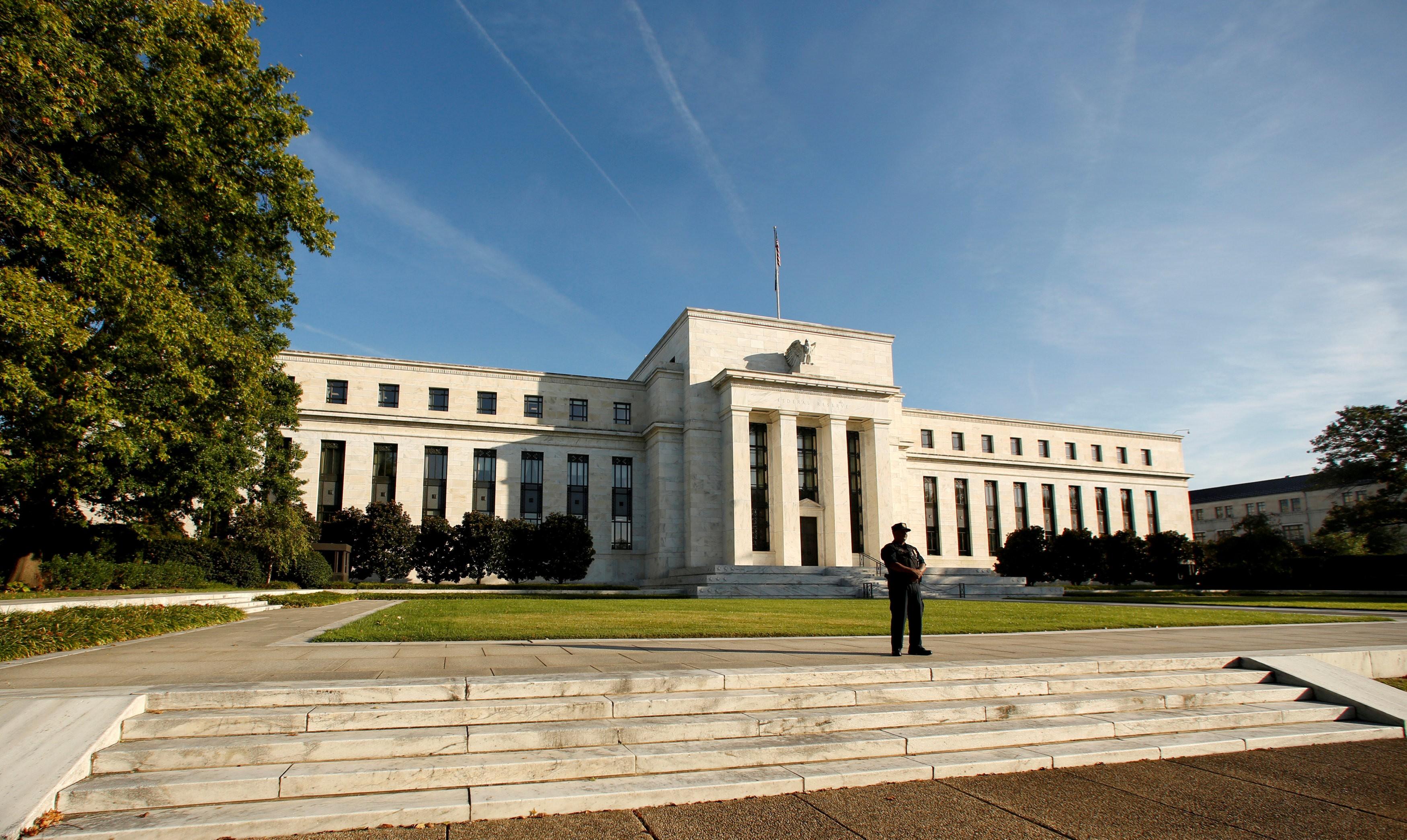 Dólar opera em queda, à espera do Fed - Noticias