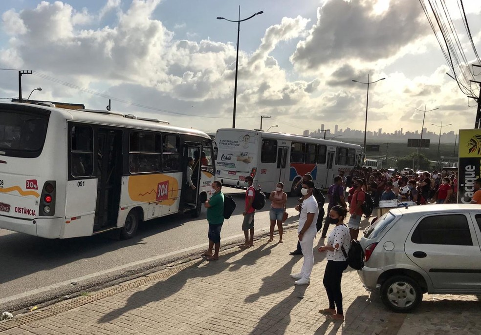 Ônibus e transportes alternativos circulam lotados em 4º dia de greve dos rodoviários em Natal. — Foto: Ayrton Freire/Inter TV Cabugi