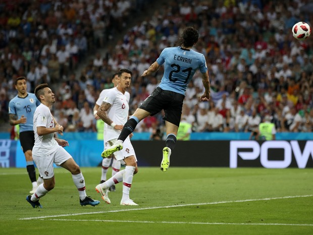 SOCHI, RUSSIA - JUNE 30:  Edinson Cavani of Uruguay scores his team's first goal during the 2018 FIFA World Cup Russia Round of 16 match between Uruguay and Portugal at Fisht Stadium on June 30, 2018 in Sochi, Russia.  (Photo by Julian Finney/Getty Images (Foto: Getty Images)
