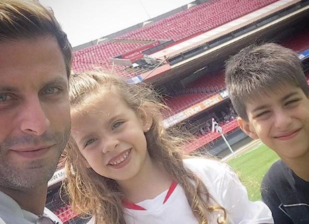 Henri castelli com os filhos, Maria Eduarda e Lucas, no Estádio do Morumbi (Foto: Reprodução/Instagram)
