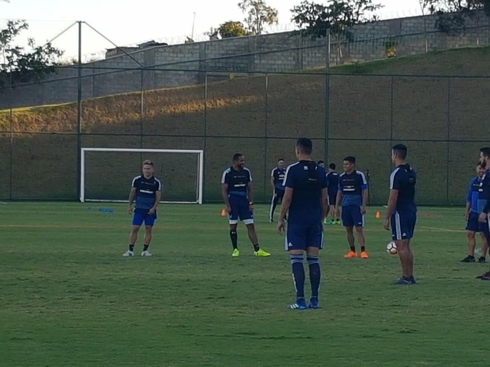 Beausejour e Jara participaram da atividade de aquecimento e devem enfrentar o Cruzeiro (Foto: Thaynara Amaral)
