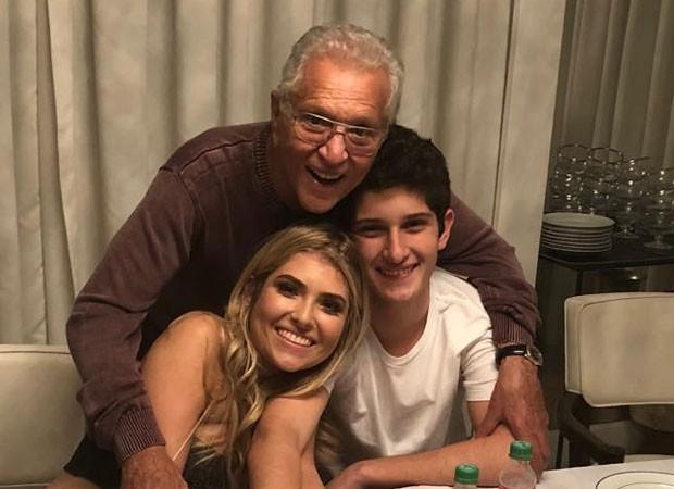 Carlos Alberto de Nóbrega com os filhos Maria Fernanda e João Victor  (Foto: Reprodução)