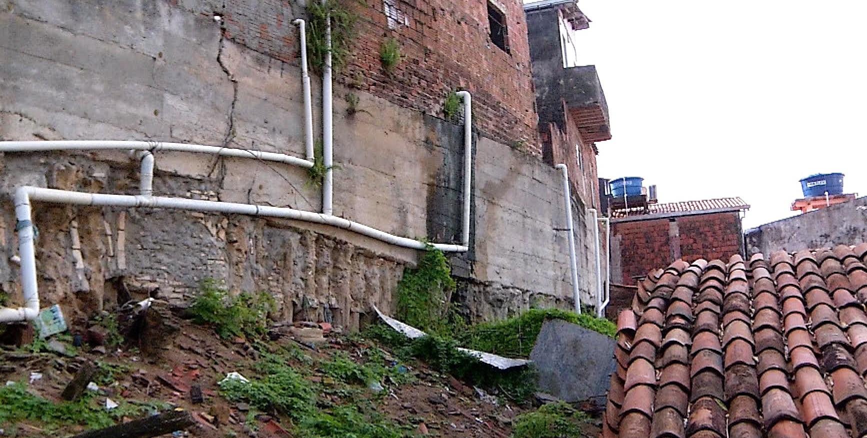Prefeitura interdita 18 casas próximas a muro com risco de desabamento na Zona Leste de Natal - Noticias