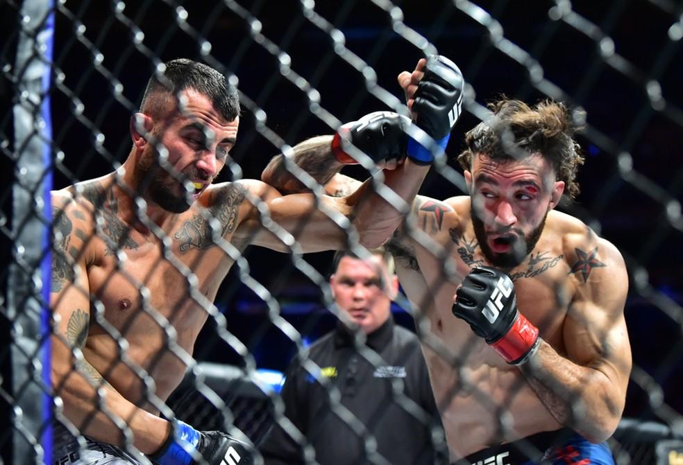 Shane Burgos golpeia Makwan Amirkhani na sua vitória no UFC 244 — Foto: Jason Silva