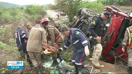 Carro é partido ao meio e pega fogo após colidir em caminhão na BR-423 em Saloá; acidente deixou dois mortos e um ferido