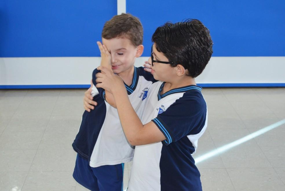 Pedro, de 4 anos, é o herói favorito do irmão Paulo, de 11 anos — Foto: Érica Ribeiro/G1