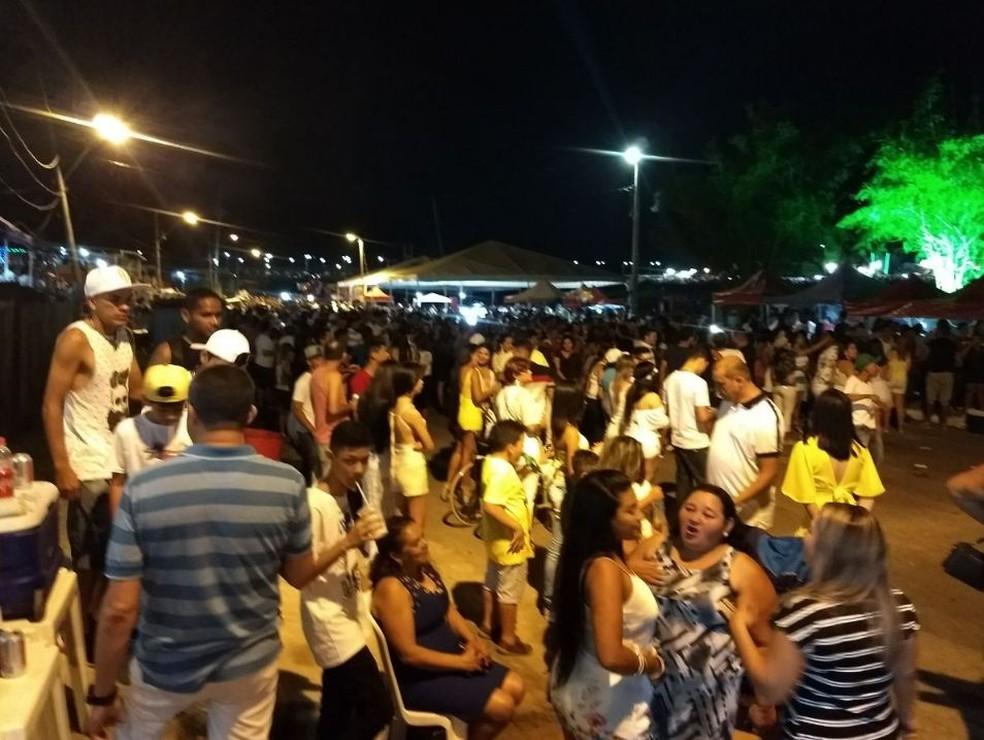 Muitos acreanos foram até o bairro da Base para esperar chegada de 2018 (Foto: Aline Nascimento/G1 )