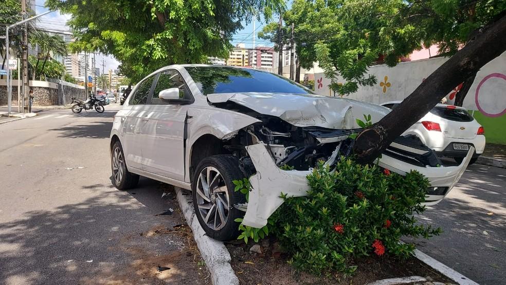 Veículo colide contra árvore durante perseguição policial em Fortaleza. — Foto: Evandro Lopes/TV Verdes Mares