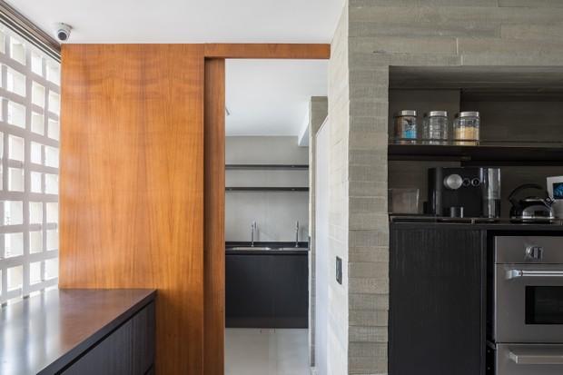 O apê modernista de um jovem casal que ama arquitetura (Foto: FOTOS HARUO MIKAMI)