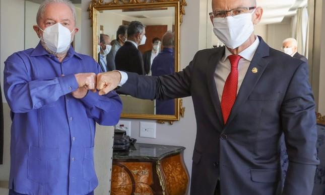 O ex-presidente Lula em reunião com o senador Fabiano Contarato