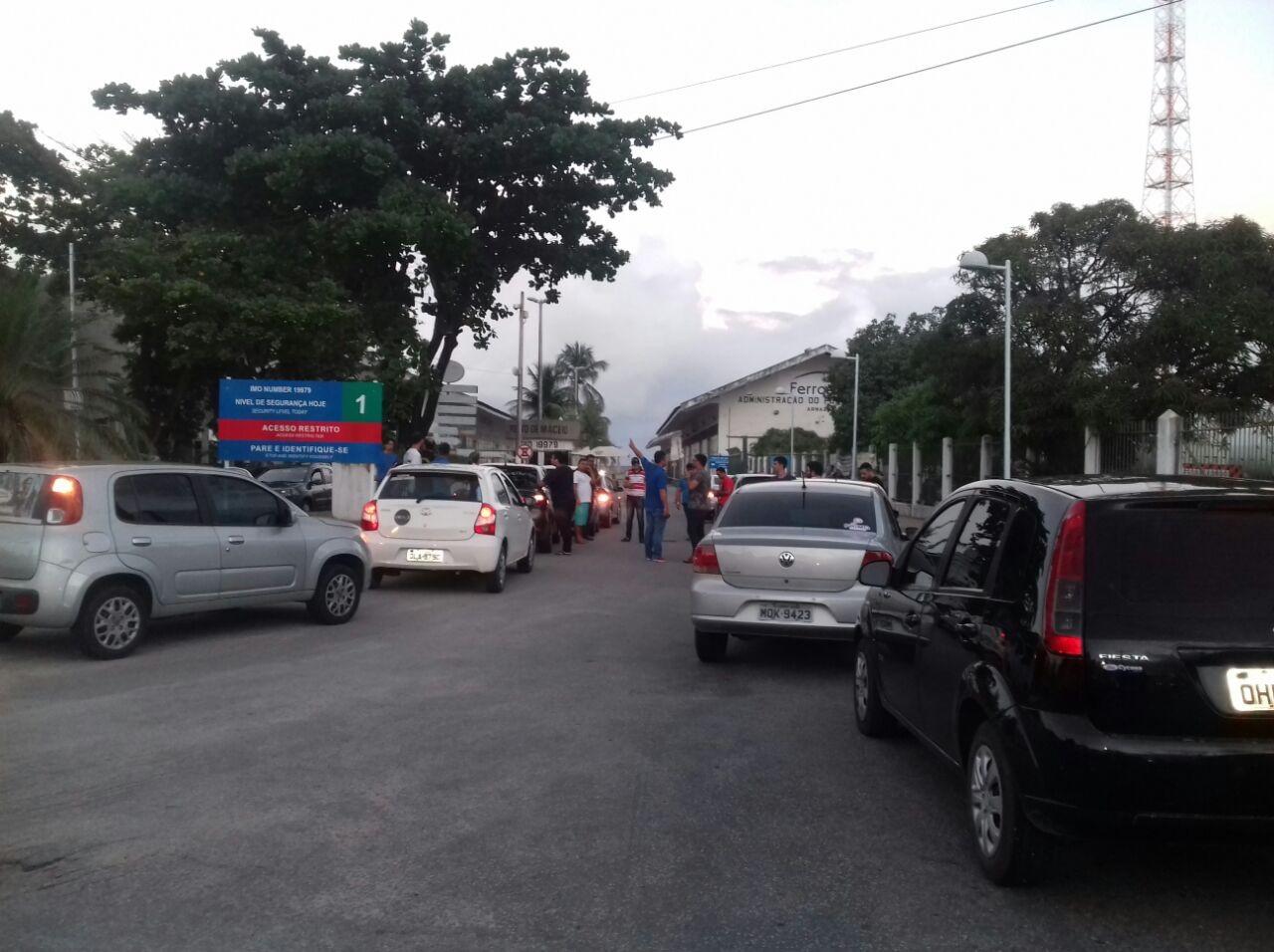 Motoristas de apps de transporte de passageiros protestam em Maceió contra alta no preço dos combustíveis